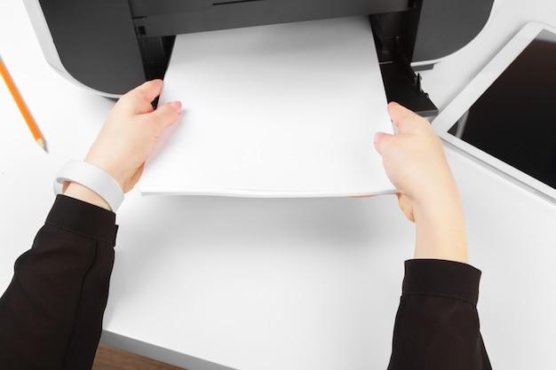 Femme utilisant l'imprimante pour numériser et imprimer des documents