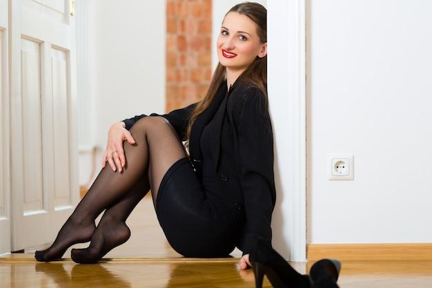 Femme utilisant internet pour des rencontres en ligne