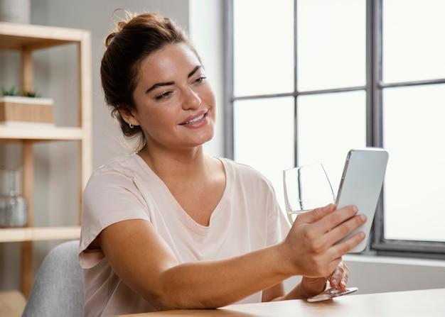 Femme utilisant un mobile
