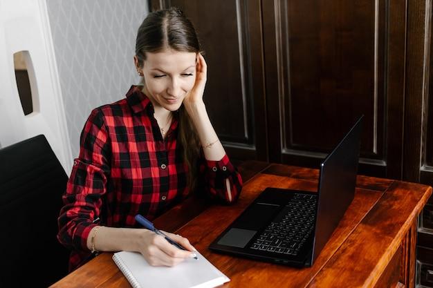 Femme utilisant un ordinateur portable pour l'école en ligne