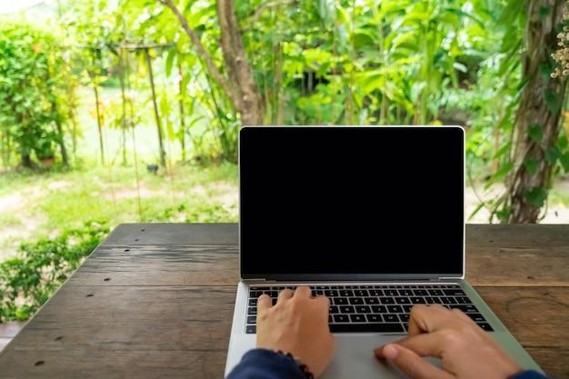 Femme utilisant un ordinateur portable pour travailler en vacances à la chambre de villégiature.