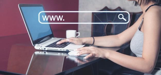 Femme utilisant un ordinateur portable à la recherche d'informations sur internet. rechercher. l'internet. réseau. la technologie