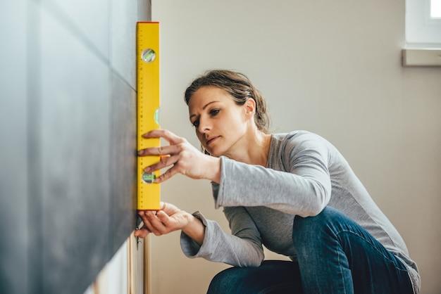 Femme utilisant un outil de mise à niveau