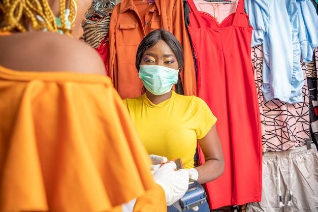 Femme utilisant sa carte de crédit pour le paiement dans un magasin local