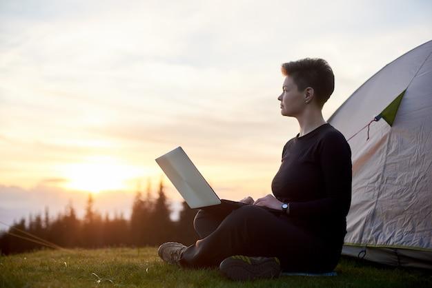 Femme utilisant son ordinateur portable