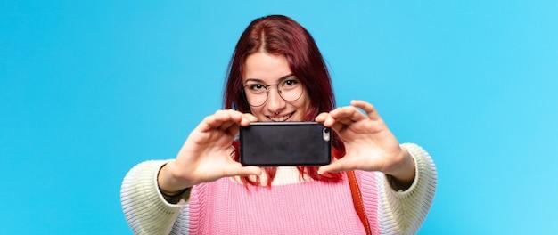 Femme utilisant son téléphone