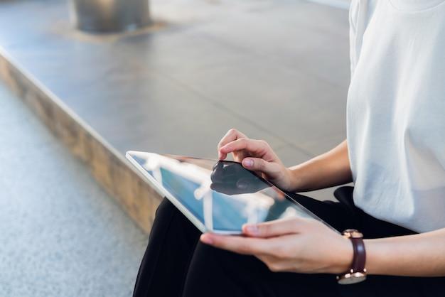 Femme utilisant une tablette, pendant les loisirs.