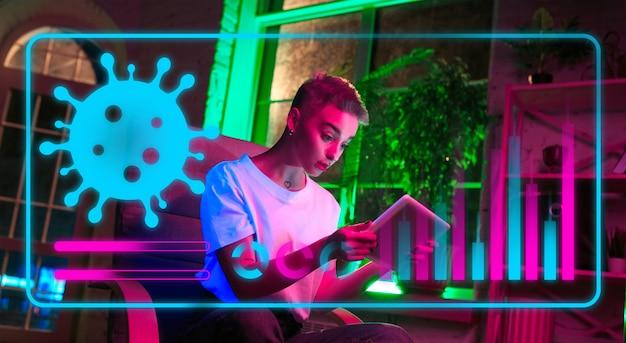 Femme utilisant la technologie moderne d'interface et l'effet de couche numérique comme information sur la propagation de la pandémie de coronavirus. analyse de la situation avec le nombre de cas dans le monde, les soins de santé, la médecine et les affaires.