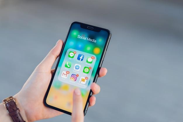 Femme utilisant le téléphone de show display app médias sociaux écran.