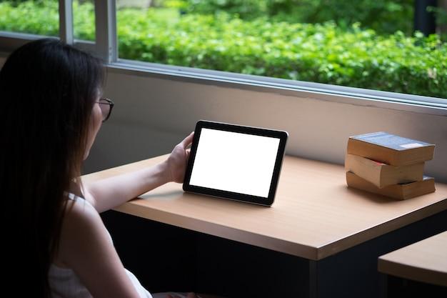 Femme utilisant un travail de tablette à partir de la maison