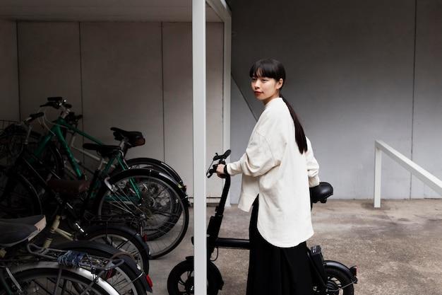 Femme utilisant un vélo électrique dans la ville
