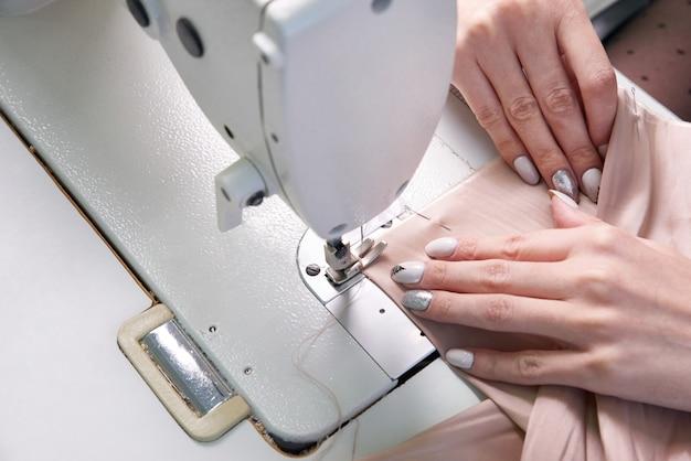 Femme, utilisation, couture, machine, tailleur, studio