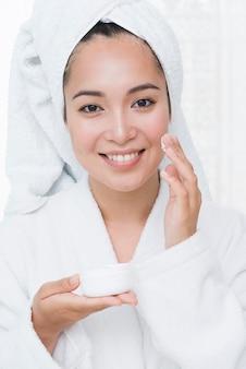 Femme, utilisation, crème beauté, spa