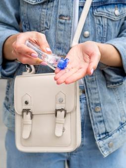 Femme, utilisation, désinfectant main