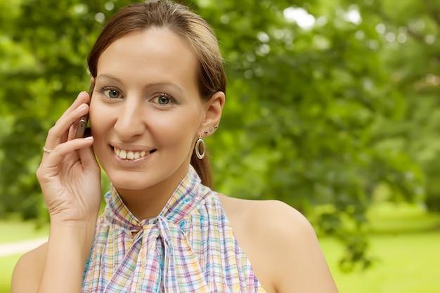 Femme, utilisation, mobile, téléphone, dehors