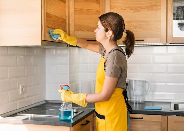 Femme, utilisation, nettoyage, solution