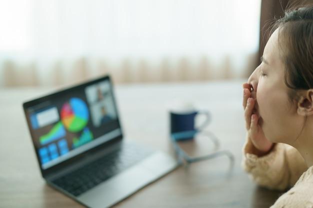 Femme, utilisation, ordinateur portable, confection, appel vidéo, partenaire, regarder, écran, conférence travail à domicile.