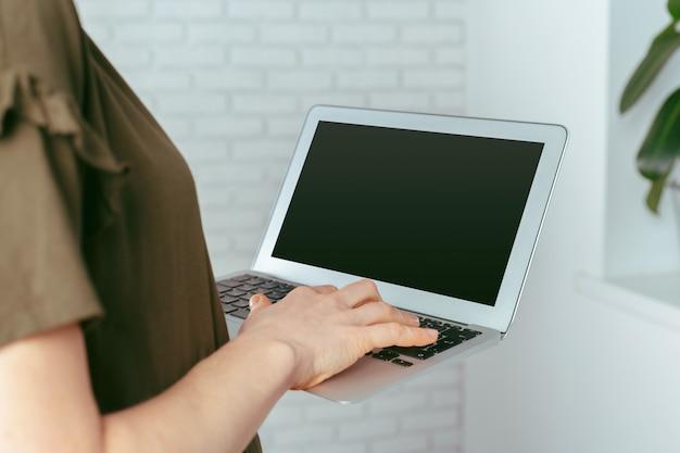Femme, utilisation, ordinateur portable, intérieur