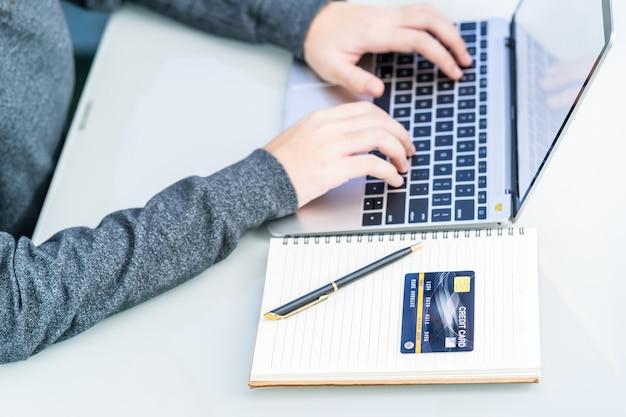 Femme, utilisation, ordinateur portable, paiement, carte de crédit, achats en ligne