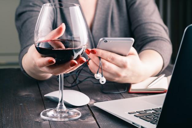 Femme, utilisation, ordinateur portable, séance, table