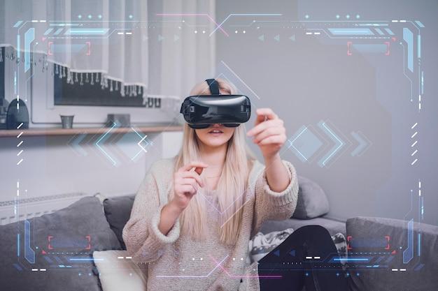 Femme, utilisation, réalité virtuelle, casque à écouteurs