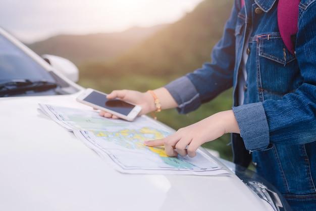 Femme, utilisation, smartphone, carte, voiture