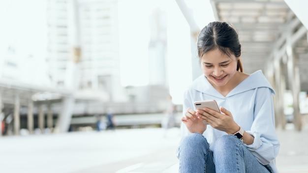 Femme, utilisation, smartphone, dans, escalier, dans, espaces publics