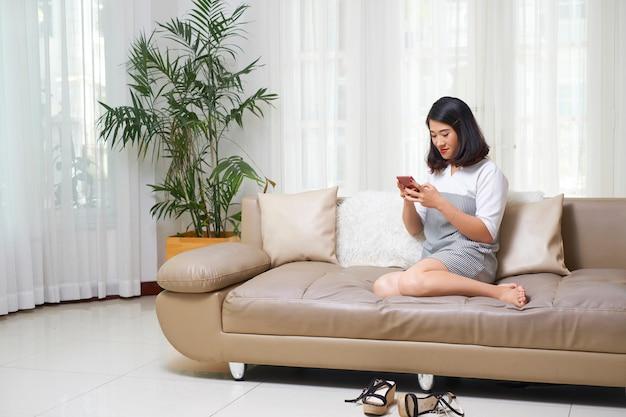Femme, utilisation, smartphone, maison