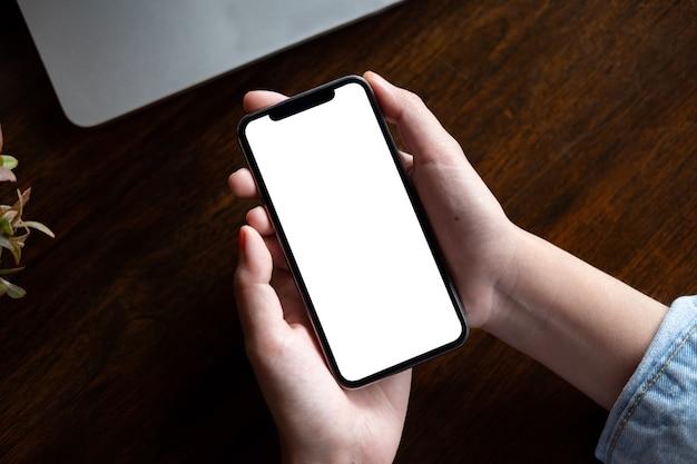 Femme, utilisation, smartphone téléphone mobile à écran blanc pour le montage de l'écran graphique.