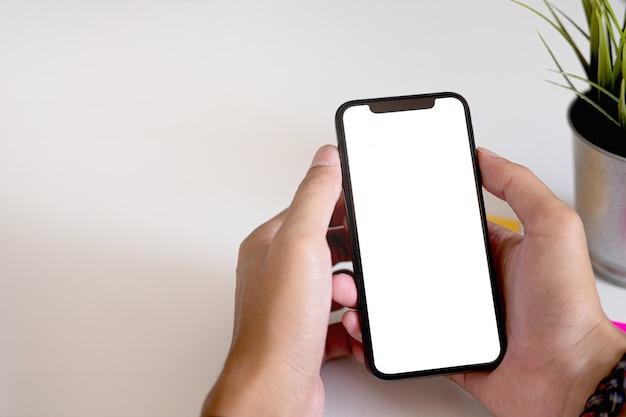 Femme, utilisation, smartphone téléphone mobile à écran blanc