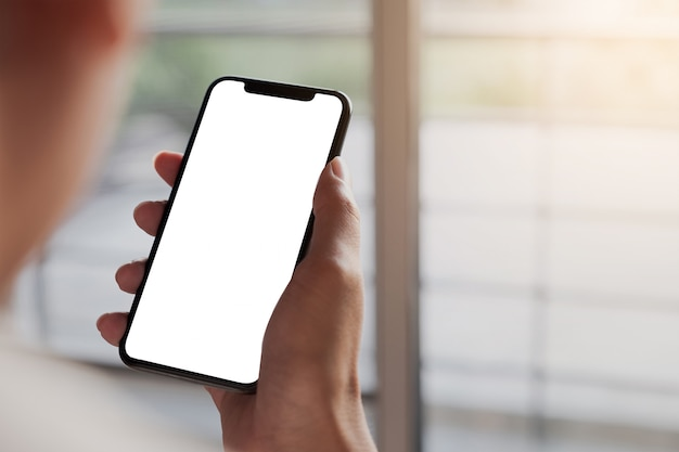 Femme, utilisation, smartphone téléphone mobile à écran vide pour le montage graphique.service de mise en réseau.