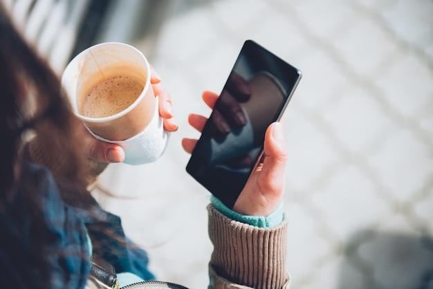 Femme, utilisation, smartphone, tenue, café