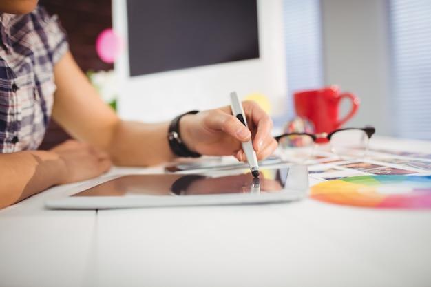 Femme, utilisation, tablette numérique, dans, bureau