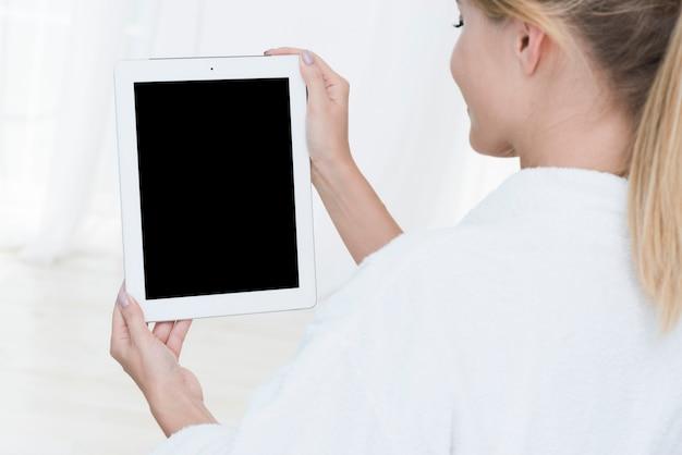Femme, utilisation, tablette, spa