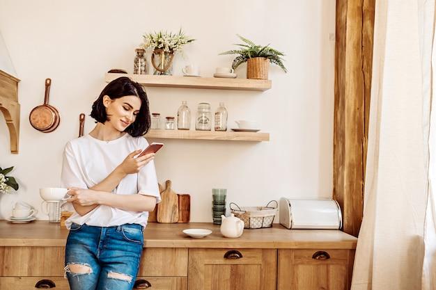 Femme, utilisation, téléphone, cuisine