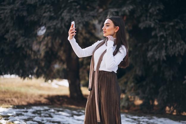 Femme, utilisation, téléphone, dehors, rue