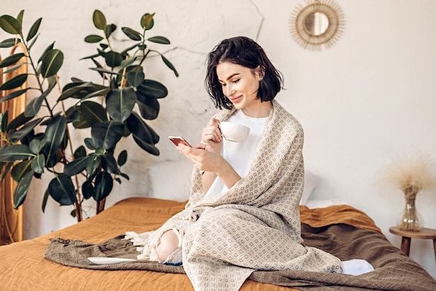 Femme, utilisation, téléphone, lit