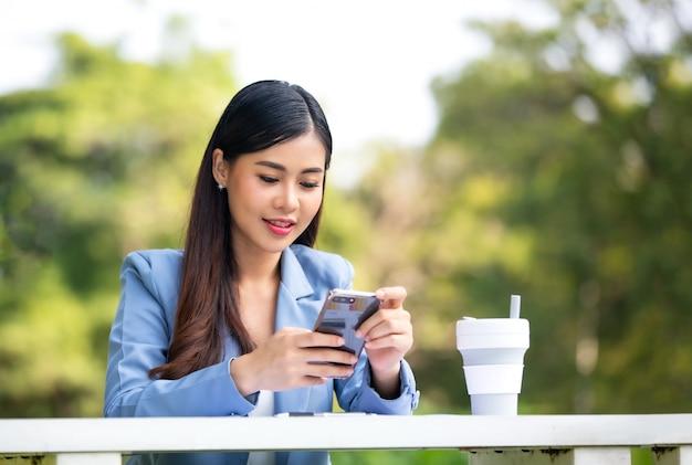 Femme, utilisation, téléphone portable, dehors