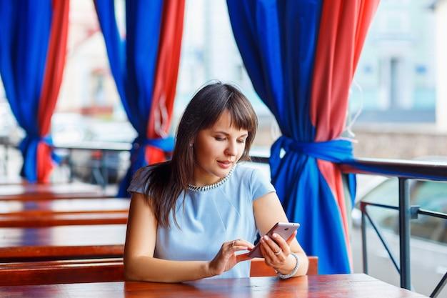 Femme, utilisation, téléphone portable