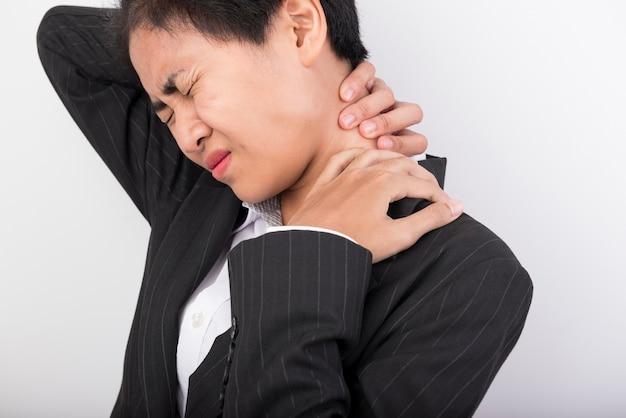 La femme a utilisé la poignée sur son cou avec douleur.