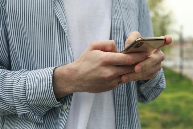 La femme utilise un smartphone. photo extérieure dans le parc