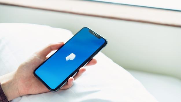 Femme utiliser un smartphone sur la table montrant des pages web écran paypal.