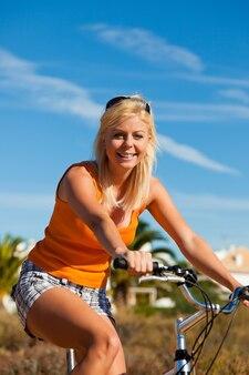 Femme, vacances, cyclisme, ciel bleu, dunes, plage