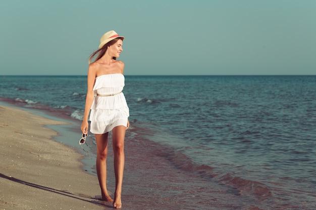 Femme de vacances d'été