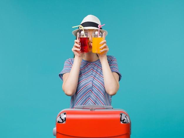 Femme En Vacances Tenant Des Boissons Fraîches Sur Bleu Photo gratuit
