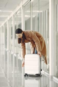 Femme avec valise à l'aéroport