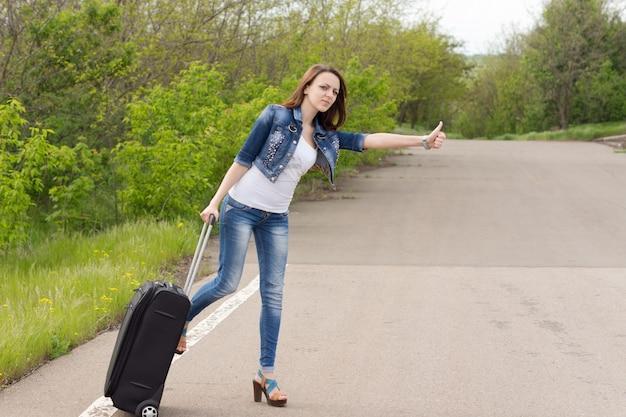 Femme, à, a, valise, feuilleter, a, ascenseur
