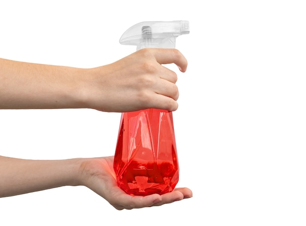 Femme avec un vaporisateur rouge à la main isolé sur une photo de fond blanc