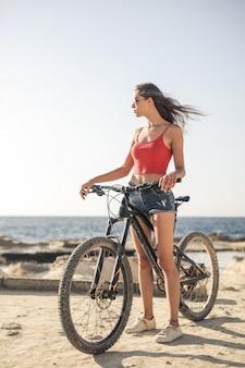 Femme, vélo, été