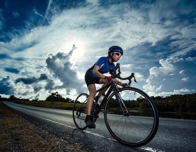 Femme vélo exercice de vélo de route en plein air